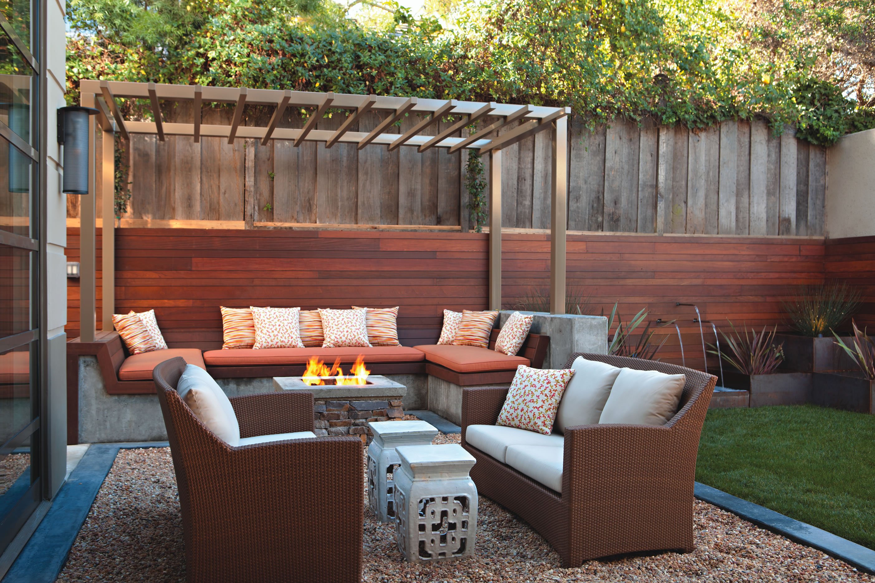 Laguna beach magazine firebrand media llc outdoor for Garden sit out designs